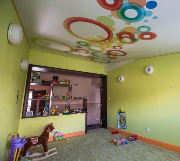 Натяжные-потолки-с-фотопечатью-их-особенности-виды-цена-плюсы-и-минусы-2