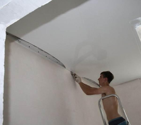 Натяжной-потолок-до-обоев-или-после-2